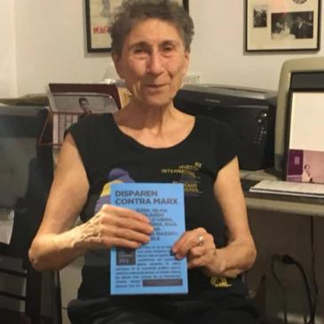Silvia Federici con su ejemplar de Disparen contra Marx.