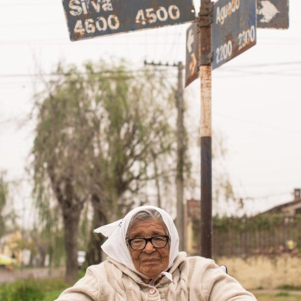 Otilia en la calle que lleva el nombre de su hija y su yerno